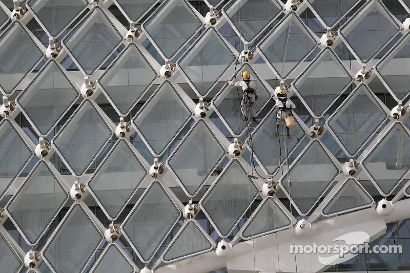 Arbeiter putzen die Fenster am Yas Marina Hotel