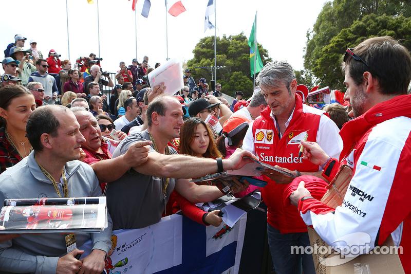 Мауріціо Аррівабене, Керівник Scuderia Ferrari роздає автографи фанатам