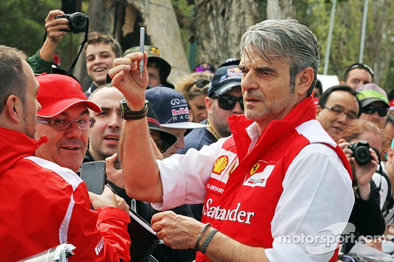 Maurizio Arrivabene, Ferrari-Teamchef, schreibt Autogramme für die Fans