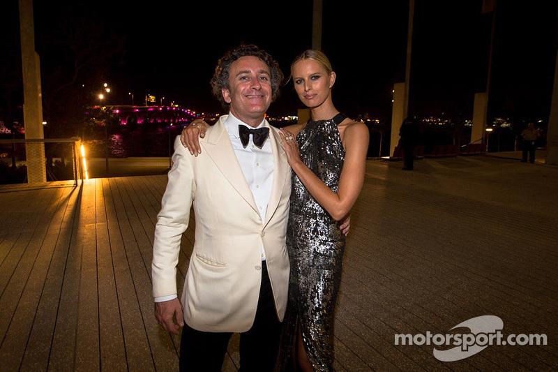 Alejandro Agag, CEO Formula E con la sua dolce compagna