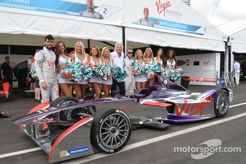 Richard Branson mit Girls von Virgin Racing