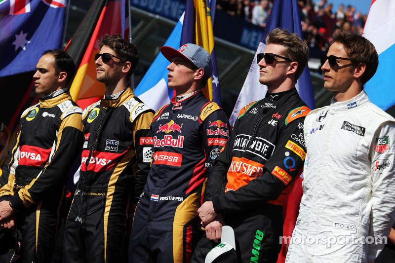 (从左到右)帕斯托·马尔多纳多,路特斯F1车队和队友罗曼·格罗斯让,路特斯F1车队;马克思·维斯塔潘,红牛青年队;尼克·胡肯伯格,印度力量车队;简森·巴顿,迈凯伦车队,在起步线上