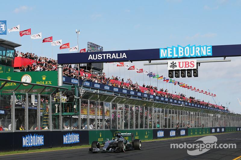 2. Nico Rosberg, Mercedes AMG F1 W06, wird am Rennande mit der Zielflagge abgewinkt