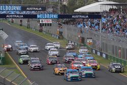 Inicio: Mark Winterbottom, Prodrive Racing Australia Ford al frente de Marcos Ambrose