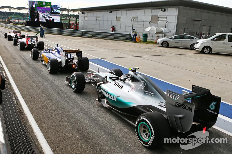 Nico Rosberg, Mercedes AMG F1 W06 di queue di end of the pit lane