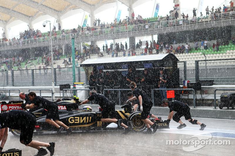 Пастор Мальдонадо, Lotus F1 E23 заїжджає в бокси через дощ в друга частина кваліфікації