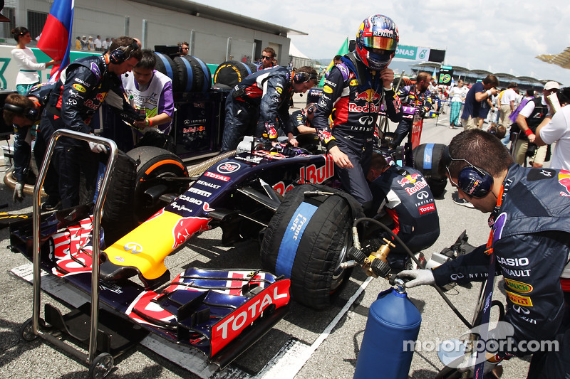 Daniil Kvyat, Red Bull Racing RB11 en la parrilla