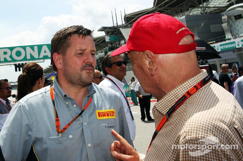 Пол Хембрі, директор Pirelli Motorsport з Нікі Лауда, Невиконавчий голова Mercedesна стартовій решіт
