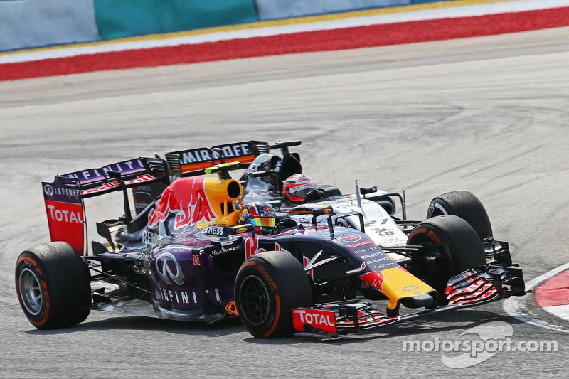 Daniil Kvyat, Red Bull Racing RB11 y Nico Hulkenberg, Sahara Force India F1 VJM08 collide
