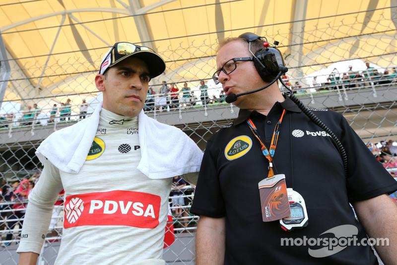 Pastor Maldonado, Lotus F1 Team, dan Mark Slade, Lotus F1 Team, Race Engineer