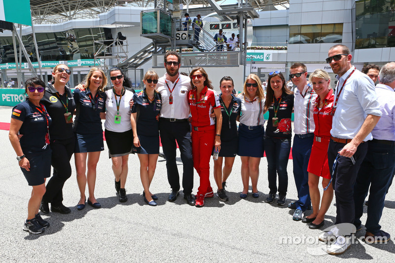 Matteo Bonciani, funcionario de la FIA, con oficiales de pista