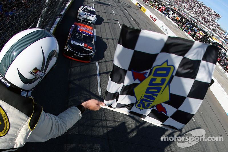Denny Hamlin, Joe Gibbs Racing Toyota, gana la carrera