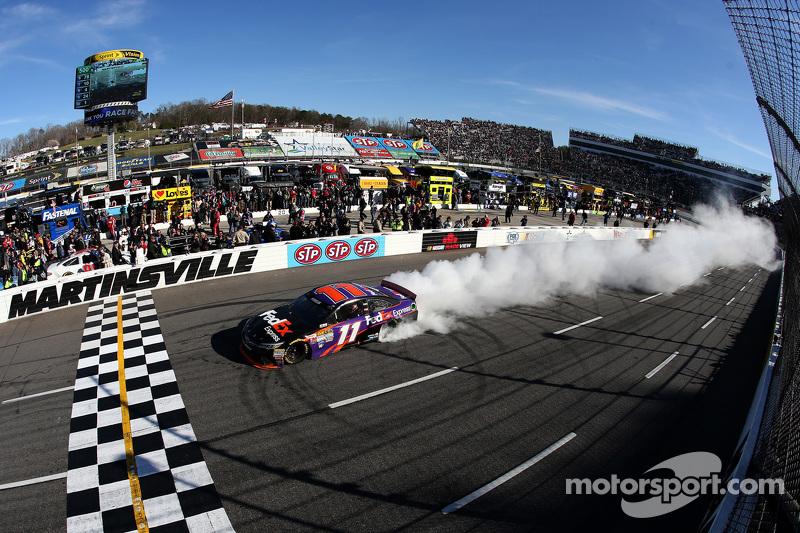 Juara balapan Denny Hamlin, Joe Gibbs Racing Toyota merayakans