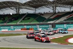 Старт: Пепе Оріола, SEAT Leon Racer, Craft Bamboo Racing LUKOIL лідирує
