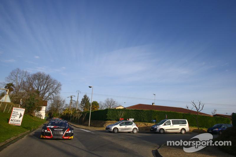 Los automóviles circulan en la vía pública para la sesión de fotos