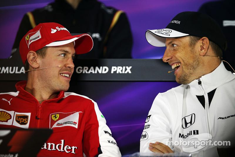 Sebastian Vettel, Ferrari, mit Jenson Button, McLaren, in der FIA-Pressekonferenz