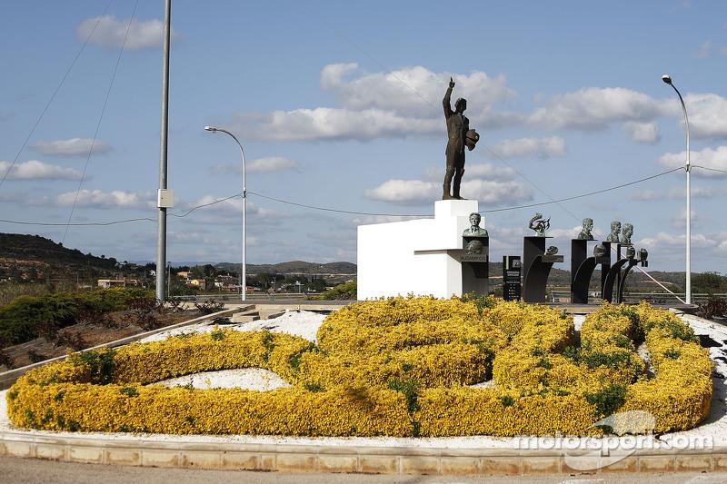 Statue und Gebüsch an der Rennstrecke
