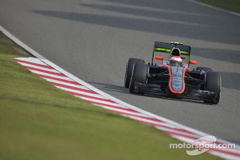 Jenson Button, McLaren MP4-30 running flow-vis paint