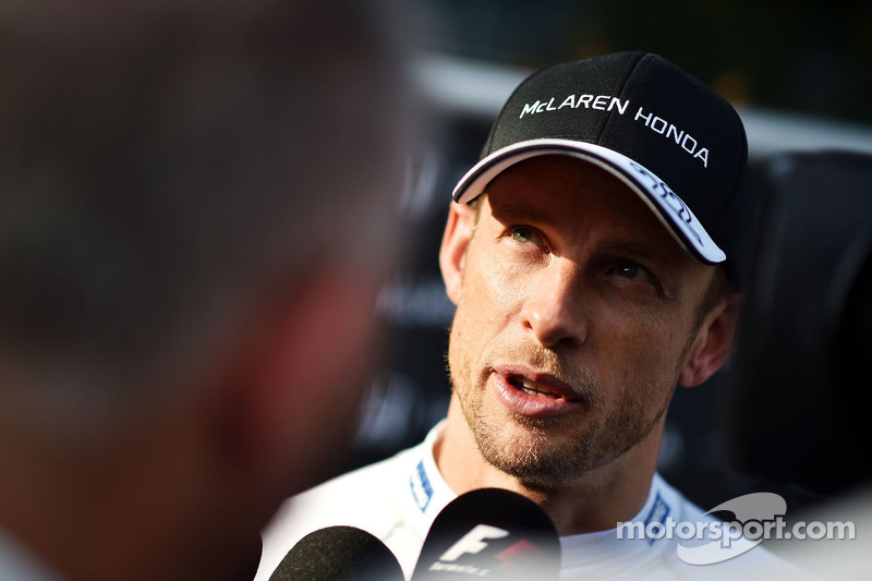 Jenson Button, McLaren bersama the media
