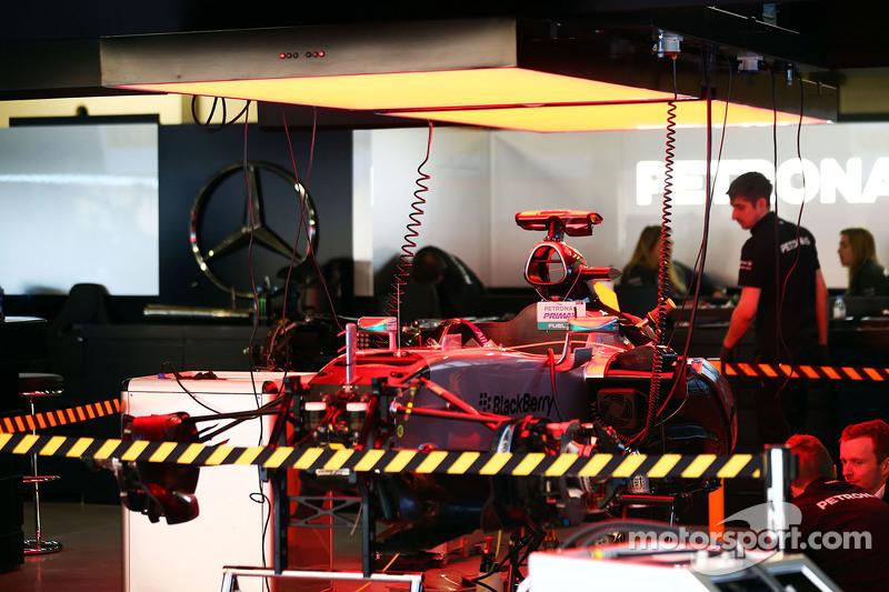 Mercedes AMG F1 W06 in der Box