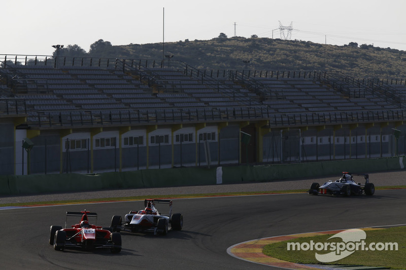 Aleksander Bosak, Arden International和Esteban Ocon, ART Grand Prix,和Matthew Parry, Koiranen GP