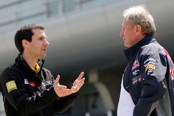 ريمي تافين، مدير العمليات على الحلبة في رينو سبورت للفورمولا واحد، والدكتور هيلموت ماركو، مستشار فريق ريد بُل موتورسبورت