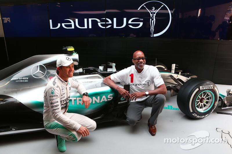 Nico Rosberg, de Mercedes AMG F1 con Ed Moses, 400 metros con vallas una leyenda del Atletismo.