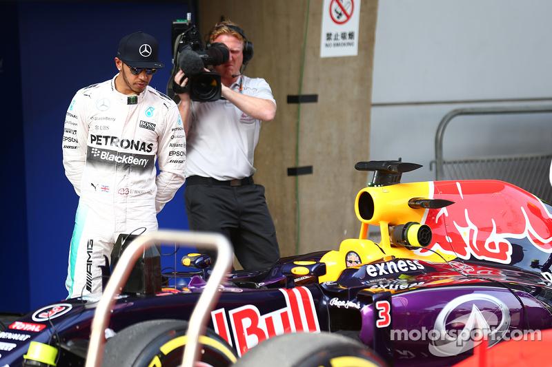 Lewis Hamilton, Mercedes AMG F1 mirando a los Red Bull