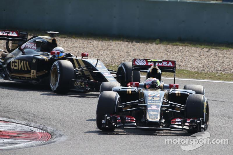 Пастор Мальдонадо, Lotus F1 E23 лідирує товариш по команді Ромен Грожан, Lotus F1 E23