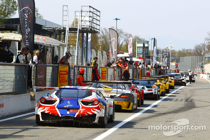 Mobil-mobil siap untuk beraksi