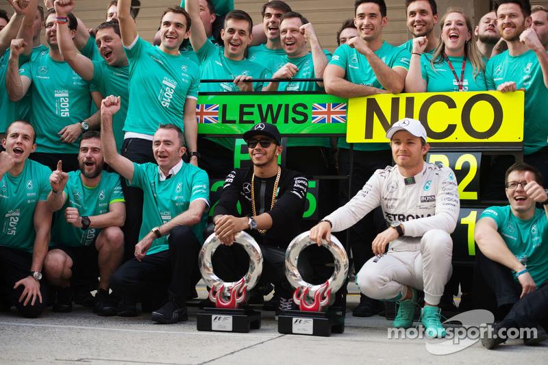Juara balapan Lewis Hamilton Mercedes AMG F1, dan peringkat kedua Nico Rosberg Mercedes AMG F1 merayakan bersama tim
