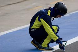 Een Michelin-engineer controleert de asfalttemperatuur