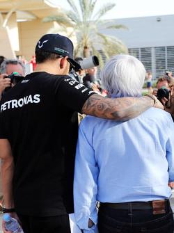 (Kiri ke Kanan): Lewis Hamilton, Mercedes AMG F1 dengan Bernie Ecclestone