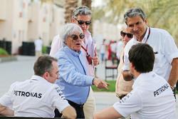 (Kiri ke Kanan): Paddy Lowe, Mercedes AMG F1 Executive Director, dengan Bernie Ecclestone, dan Toto Wolff, Pemegang Saham dan Executive Director Mercedes AMG F1