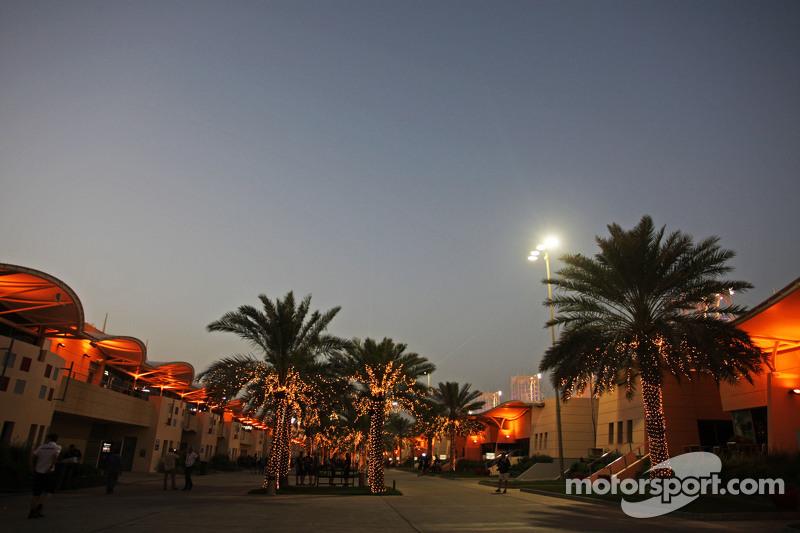 Das Fahrerlager bei Nacht