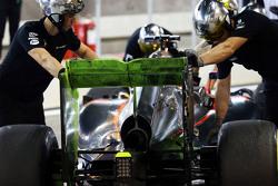 Fernando Alonso, McLaren MP4-30 running flow-vis paint on the rear wing