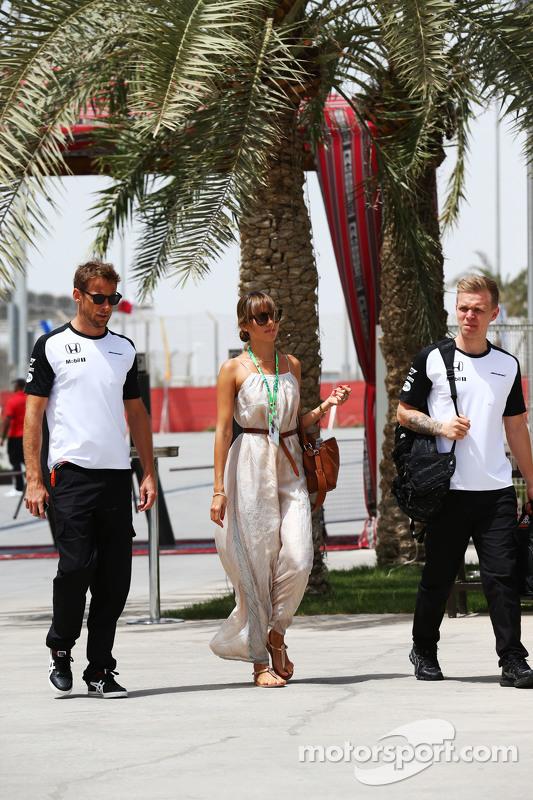 Jenson Button, McLaren, mit seiner Frau Jessica Button, und Kevin Magnussen, McLaren Test- und Ersatzfahrer
