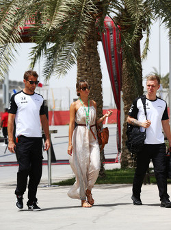 Дженсон Баттон, McLaren со своей женой Джессикой Баттон, и Кевином Магнусеном, тестовым и резервный пилот McLaren