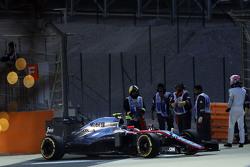 Jenson Button, McLaren MP4-30, hält im Qualifying auf der Strecke an