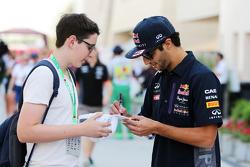 Daniel Ricciardo, Red Bull Racing firma autógrafos para sus fans