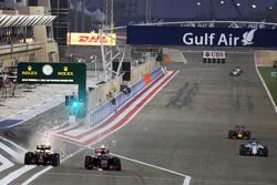 Пастор Мальдонадо, Lotus F1 E23 и Макс Ферстаппен, Scuderia Toro Rosso STR10 борются за позицию