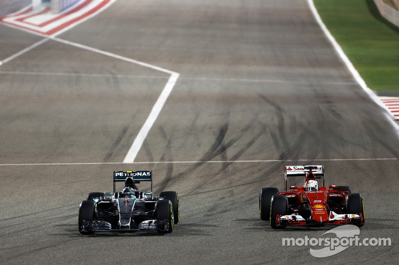 Nico Rosberg, Mercedes AMG F1 W06, dan Sebastian Vettel, Ferrari SF15-T battle for position