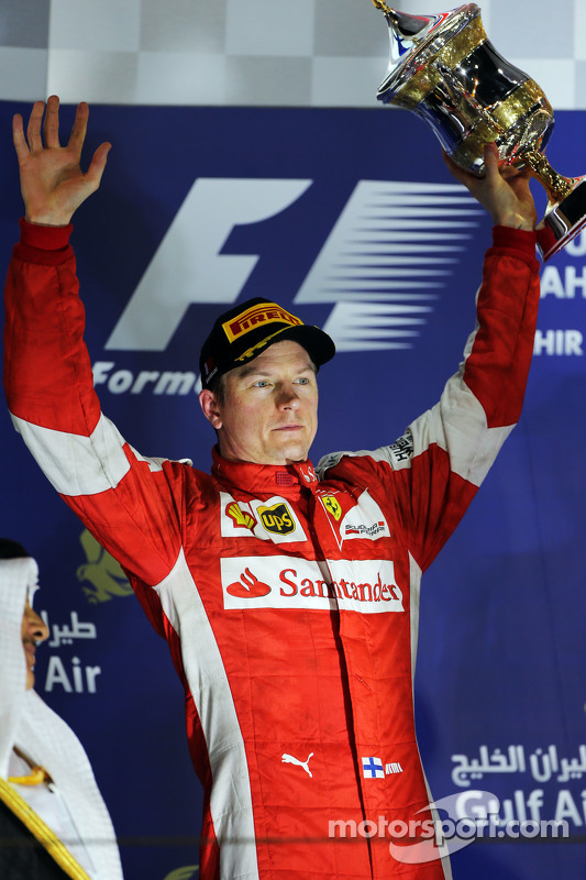 Kimi Raikkonen, Ferrari merayakan his second position di podium