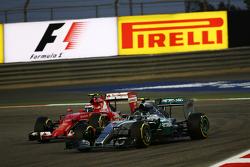 Nico Rosberg, Mercedes AMG F1 W06 en Kimi Raikkonen, Ferrari SF15-T, strijden om positie