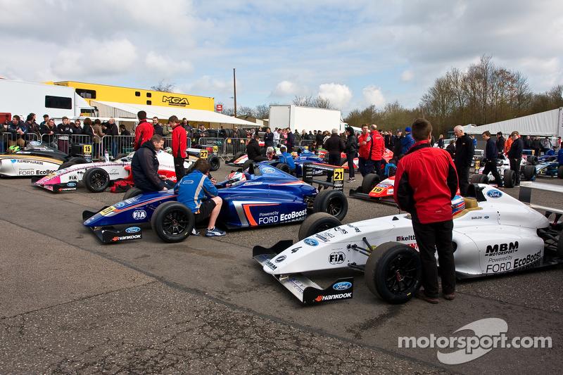 MSA Formula cars wait in di Dummp Grid