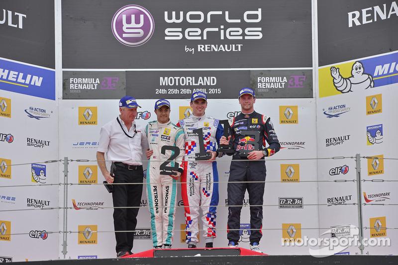 Podium: 2. Jazeman Jaafar, Fortec Motorsports; 1. Oliver Rowland, Fortec Motorsports; 3. und 1. Rookie, Dean Stoneman, DAMS