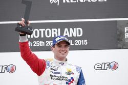 1. Oliver Rowland, Fortec Motorsports, auf dem Podium