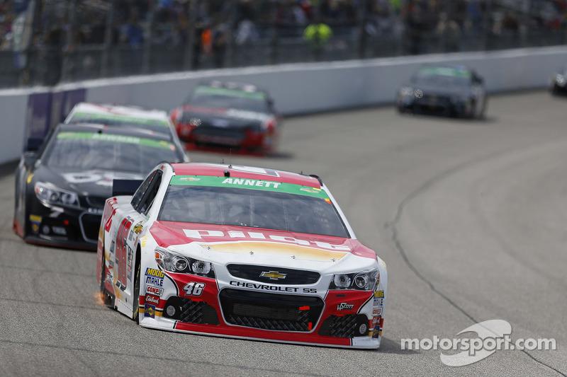 Richmond, Virginia, 26. April 2015: Die Teams aus dem NASCAR Sprint-Cup gehen an den Start zum Toyo