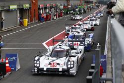 #19 保时捷车队919 Hybrid 尼克·胡肯伯格,艾尔·班博 ,尼克·唐迪和 #1 丰田车队TS040 Hybrid:安东尼·戴维斯, 塞巴斯蒂安·布埃米,中岛一贵和#7 奥迪赛车队Joest R18 e-tron quattro: Marcel Fassler, Andre Lotterer, Benoit Tréluyer