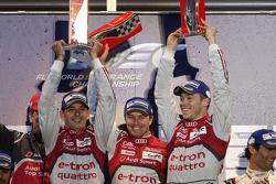 Podio: Benoit Treluyer, Andre Lotterer, Marcel Fassler, Audi Sport Team Joest